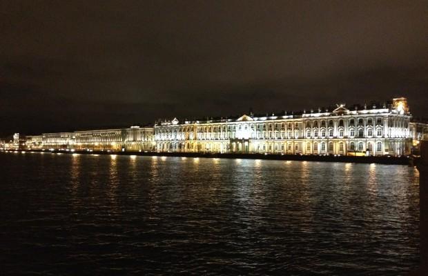 uitzicht op de oevers van de Neva St Petersburg