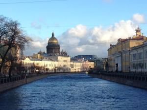 kanaal in St Petersburg met uitzicht op de Izaak cathedraal