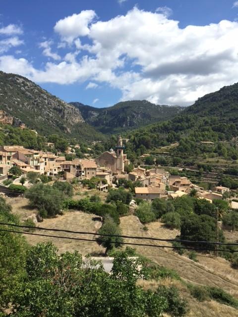Uitzicht op Valldemosa, gelegen in de Serra Tramuntana