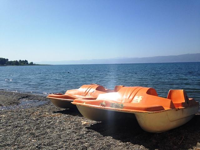 Waterfietsen op het meer van Ohrid in Macedonië