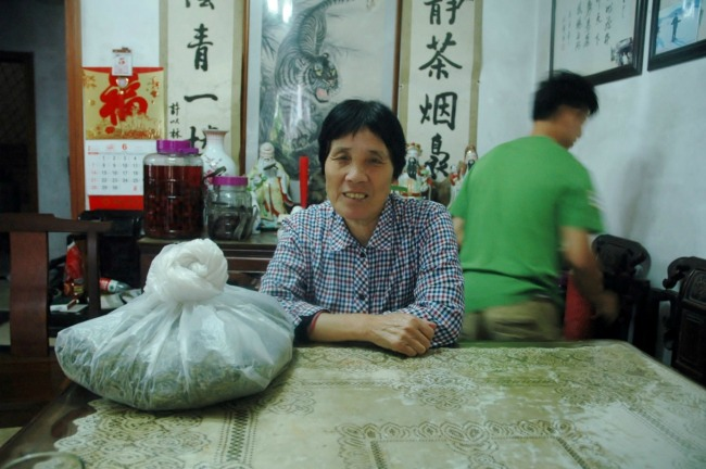 chinese-mevrouw-groene-thee-drinken-hangzhou-china