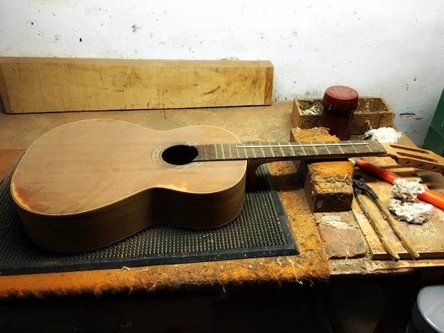 De gitaar wordt in elkaar gezet