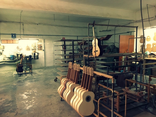 De gitaar is gereed voor het lakproces