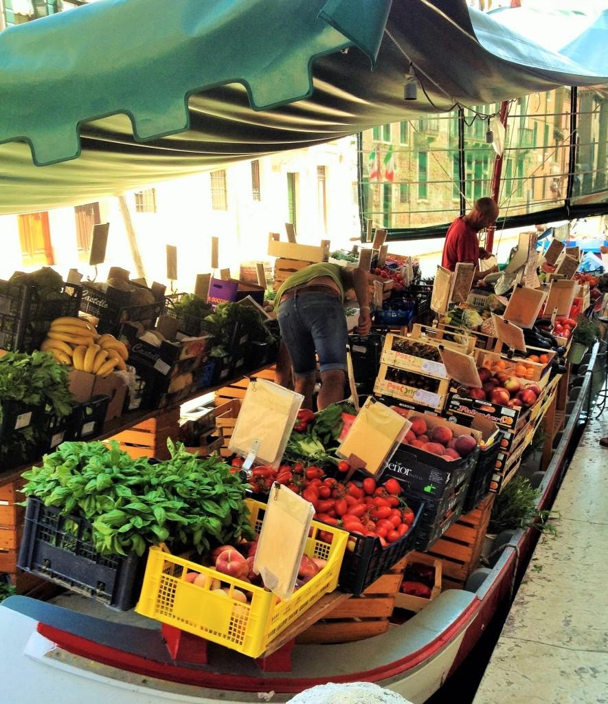 Lokale fruitmarkt in Venetië