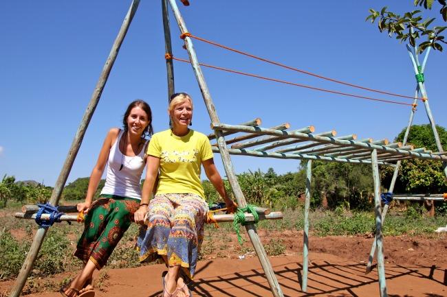 Klimrek bouwen tijdens vrijwilligerswerk in Malawi