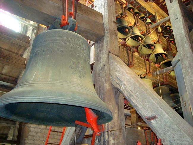 Luister naar de melodie van de klokken van de Sint-Romboutstoren