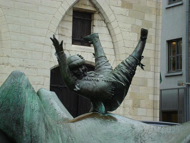 Opsinjoorke op, Opsinjoorke op, dat is wat de Mechelaars roepen als ze de dronkenlap in de lucht werpen. Dit is de Mascotte van Mechelen