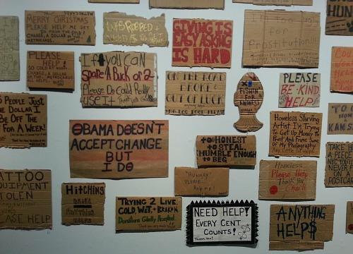 Serrano maakt de onderkant van de samenleving zichtbaar, kartonnen bordjes met tekst van daklozen