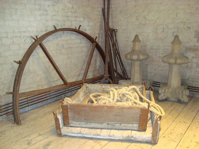 Puf uit in een torenkamer van de Sint-Romboutstoren