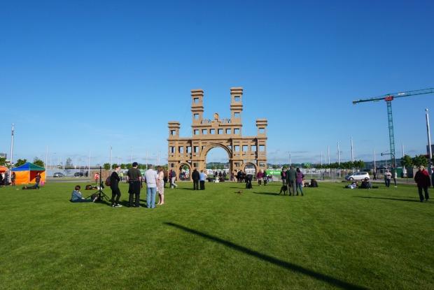 De opbouw van de toegangspoort tijdens Dundee Design Festival