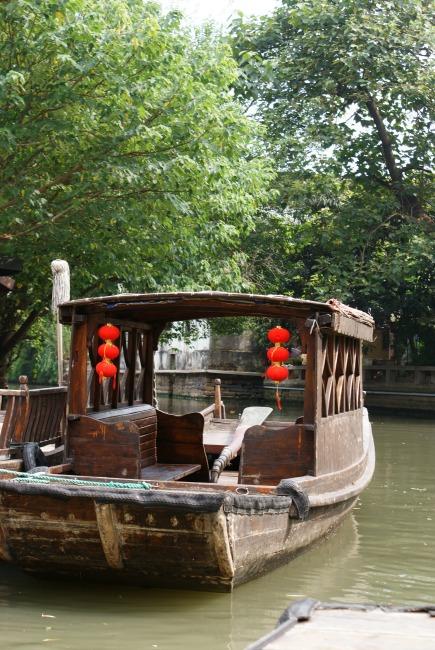 Een van de vele grachtenbootjes in Suzhou
