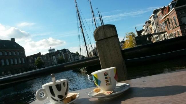 leiden-koffie-drinken-op-de-hipste-boot