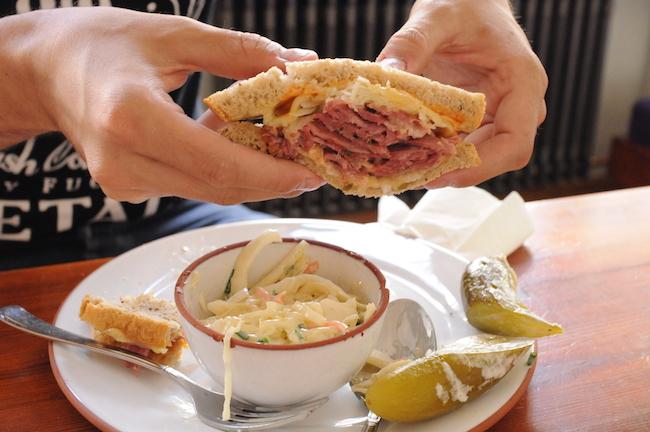Een sandwich Pastrami bij Mogg als je gaat dineren in Berlijn in een oude Joodse meisjesschool