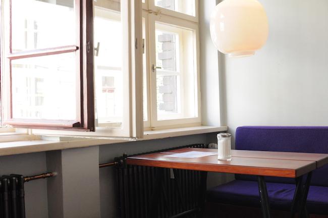 Een lage tafel bij restaurant Mogg, als je gaat dineren in Berlijn in een oude Joodse meisjesschool