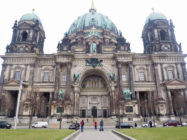 Fietsen in Berlijn langs de Berliner Dom