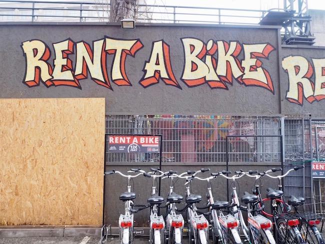 Fietsen in Berlijn, een foto van het fietsverhuurbedrijf Rent a Bike bij Alexanderplatz