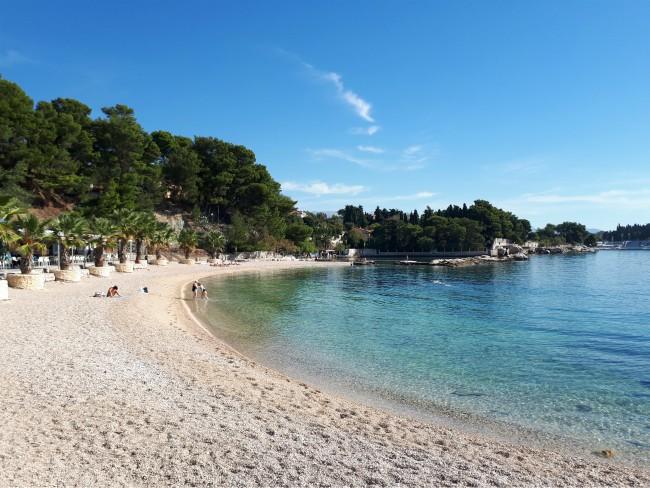 Geniet van de zon bij strand Jezinac in Split