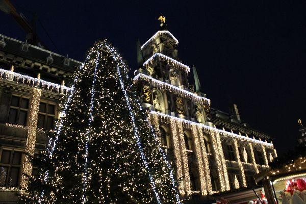 Verlicht Stadhuis in Winters Antwerpen