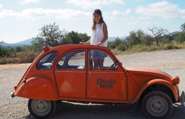 Roadtrip over Ibiza in een ouderwetse oranje eend