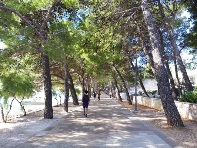 wandel vanuit het centrum van Bol naar Zlatni-Rat