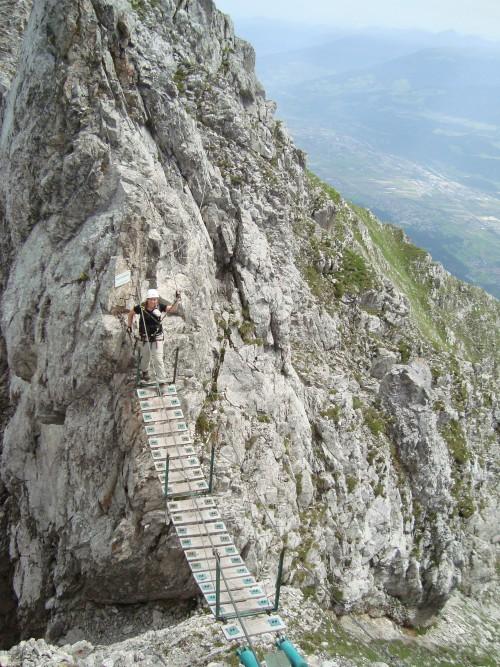 Loopbrug tijdens een klettersteigroute