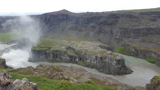 Imponerend landschap bij waterval Hagrafilsfoss