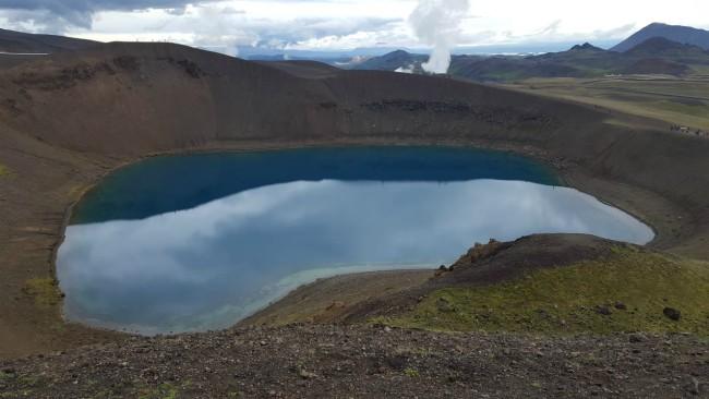 Bewonder krater Viti in IJsland
