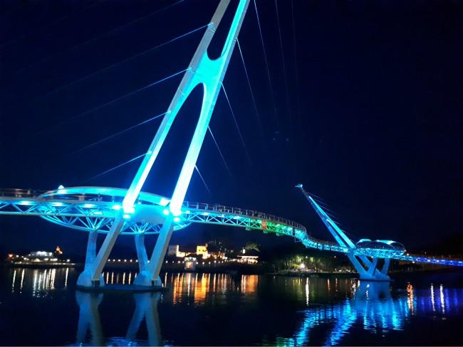 Wandel over Darul Hana de voetgangersburg van Kuching