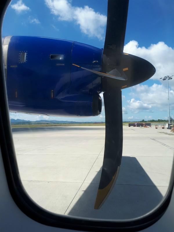 Arriveer met een propeller vliegtuig