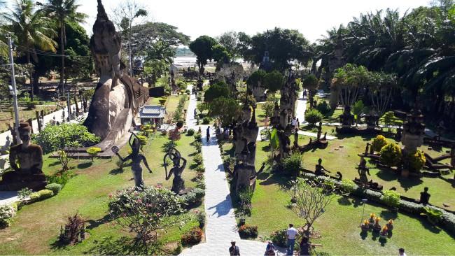"""Uitzicht over Buddhapark vanaf de """"pompoen"""""""